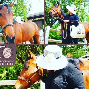 Aujourd'hui présentation d'un modéle de chapeau de la maison @grevi1875 👒 et de l'iconique sac Premier Flirt de chez @lancelparis 👜 !  > Petit clin d'oeil au Prix du Jockey Club qui aura lieu demain à l'Hippodrome de @villedechantilly 🏇  @lesvitrinesdechantilly  #sacamain #sacamainaddict #chapeau #hat #cheval #ecurie #equitation #équitation #hippodrome #prixdujockeyclub #maroquineriebarrere