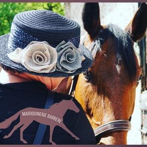 On continue notre série sur le monde équestre... 🐎 > Ici notre modèle Vitavie prend la pose pour mettre en avant le chapeau de la marque @grevi1875  #chapeau #chapeaux #chapeaudepaille👒 #femmes #modefeminine  #été #soleil🌞 #cheval #equestre #maroquineriebarrere